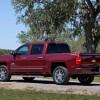"""Nový pick-up Silverado, nahrazující šest let vyráběnou generaci, představil Chevrolet již na lednovém autosalonu v Detroitu, ale až nyní zveřejňuje bližší informace o výkonech a spotřebě paliva. Od končící generace se nové Silverado odlišuje výraznějším designem s masivní maskou chladiče a hlavními světlomety rozdělenými na dvě části. K vylepšení aerodynamických vlastností pick-upu přispívá optimalizace předního nárazníku, tvaru blatníků, střechy i vnějších zpětných zrcátek. Modernější a kvalitnější interiér nabídne třeba bezdrátové připojení a displeje. Menší s úhlopříčkou 4,2 palce je umístěn mezi přístroji před řidičem, větší osmipalcový uprostřed palubní desky slouží informačnímu systému MyLink/IntelliLink. Materiály na palubní desce jsou měkčené, v nabídce najdeme i hliníkové prvky a kožené čalounění. Chevrolet Silverado pro modelový rok 2014 dostal nový rám z vysokopevnostní oceli, který snižuje hmotnost automobilu. Vysokopevnostní ocel byla použita i na velkou část karoserie, která může mít tři (1768, 2012 a 2438 mm) délky ložné plochy. Kapota je pro změnu hliníková stejně jako část předního zavěšení. V přídi novinky se ukrývají celohliníkové zážehové motory EcoTec3, používající přímý vstřik, vypínání poloviny válců kvůli snížení spotřeby a v neposlední řadě proměnné časování ventilů. Jsou celkem tři. Vidlicový šestiválec 4,3 l a dva osmiválcové """"small blocky"""", pochopitelně také s uspořádáním do V a objemy 5,3, respektive 6,2 l. Standardem bude pro všechny verze šestistupňová samočinná převodovka místo dřívější čtyřstupňové, poháněna je buď jedna, nebo obě nápravy."""